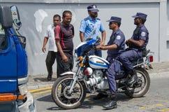 Maldiviska tjänstemän ankom till olycksområde Arkivbilder