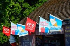 MALDON ESSEX 29 de mayo de 2014 BRITÁNICO señala la publicidad por medio de una bandera Imagen de archivo