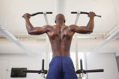 Male body builder doing pull ups at the gym Royalty Free Stock Photography