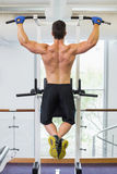 Male body builder doing pull ups at the gym Royalty Free Stock Photos