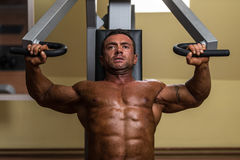 Male bodybuilder doing heavy weight exercise for upper chest Royalty Free Stock Photos