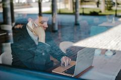 Male business man using his laptop Royalty Free Stock Images