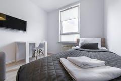 Male di sonno nella piccola, stanza moderna economica Fotografia Stock Libera da Diritti
