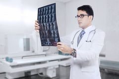Male doctor checking xray Royalty Free Stock Photography