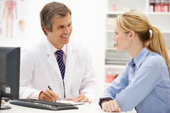 Male doctor with female patient Royalty Free Stock Photos