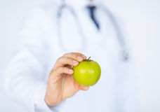 Male doctor with green apple Royalty Free Stock Photos