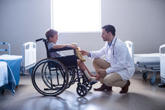Male doctor interacting with child patient in ward. At hospital Royalty Free Stock Photos
