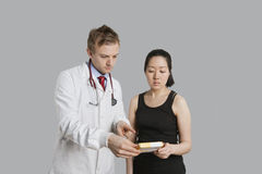 Male doctor suggesting medication to female patient Royalty Free Stock Photos