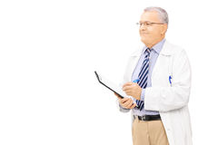 Male doctor in uniform holding a clipboard Royalty Free Stock Photos