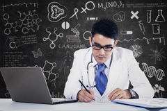 Male doctor working with laptop Royalty Free Stock Photos