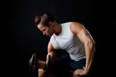 Male doing dumbbelll lifts Royalty Free Stock Photography