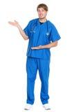 Male doktor/sjuksköterska som visar att presentera Arkivfoto