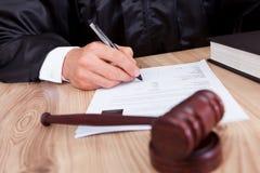 Male domare i rättssal Arkivfoton