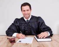 Male domare i rättssal Arkivfoto