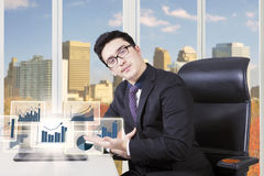 Male entrepreneur showing financial graph Royalty Free Stock Images