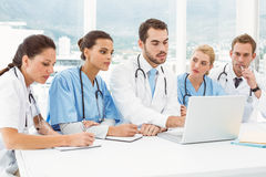 Male and female doctors using laptop Royalty Free Stock Photos