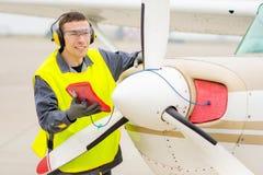 Male flygplatsarbetare Fotografering för Bildbyråer