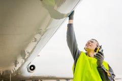 Male flygplatsarbetare Arkivbild