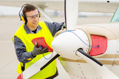 Male flygplatsarbetare Royaltyfria Bilder