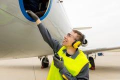 Male flygplatsarbetare Arkivfoton