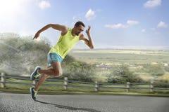 Male löpare som sprintar under det fria som utbildar för maratonkörning Royaltyfri Bild