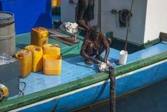MALE/MALDIVES - 30TH MARS 2007 - fiskare i hamnen av mor arkivbild