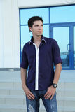 Male model man mot stadsgatan Royaltyfria Bilder