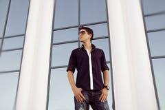 Male model man mot stadsgatan, perspektiv Royaltyfri Foto