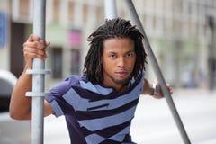 Male model posera vid material till byggnadsställning Fotografering för Bildbyråer