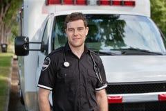 male paramedicinsk stående royaltyfria foton