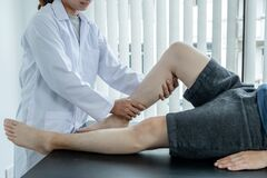 Free Male Patients Consulted Physiotherapists With Knee Pain Problems For Examination And Treatment. Rehabilitation Physiotherapy Stock Photography - 186356122