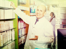 Male pharmacist working in farmacy Stock Photography
