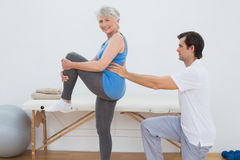 Male physiotherapist examining senior womans back Royalty Free Stock Photos