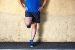 Male runner leaning relaxed. Against wall Royalty Free Stock Photos