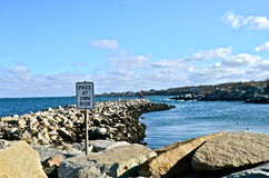 Malecón hecho de roca enorme Foto de archivo libre de regalías