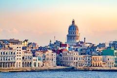 Malecon Havana met ziekelijke koloniale die gebouwen en Capitolio, Cuba, van kust wordt gezien stock fotografie