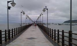 Malecon Puerto Lopez. La tranquilidad de Puerto Lopez con los pasamanos de guayacán prieto, una madera de alta resistencia al agua y al viento. Alrededor del Royalty Free Stock Photography