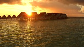 Malediven-Erholungsort bei Sonnenuntergang Stockfotografie