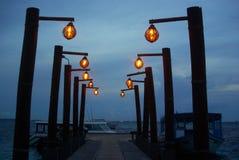 Malediven-Erholungsort-Pier mit Laternen nachts Malediven Stockbild