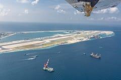 Malediven-Insel, Hauptstadt Mann im Bau und eine neue Rollbahn errichtend Vogelperspektive des Baubereichs lizenzfreie stockbilder