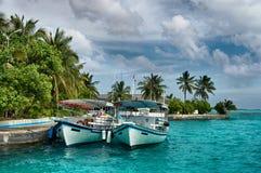 Malediven - Insel im Ozean, zwei Boote auf einem Liegeplatz Lizenzfreies Stockbild