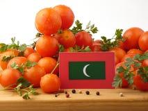 Malediven kennzeichnen auf einer Holzverkleidung mit den Tomaten, die auf einem Whit lokalisiert werden Lizenzfreie Stockbilder