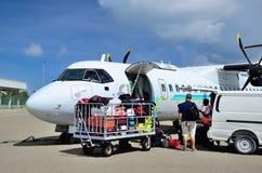 MALEDIVEN - 25. NOVEMBER 2013 Das Flugzeug von Flyme aircompany im Flughafen von Maamigili auf Insel Alifu Dhaalu Stockbild