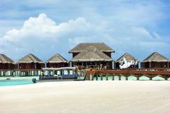 MALEDIVEN - 1. SEPTEMBER 2016: Wässern Sie Landhäuser in Erholungsort Anantara Dhigu u. im Badekurort, Malediven, am 1. September Stockbild