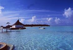 Maledives: Ein Boot am Strand von Rihivelli-Insel in Ari At stockbilder