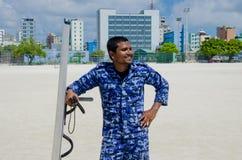 Maledivischer Polizeibeamte mit Schild und Taktstock Lizenzfreies Stockbild