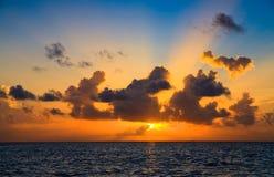 Maledivischer Sonnenuntergang stockbild