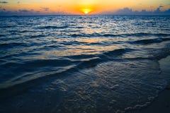 Maledivischer Sonnenuntergang lizenzfreies stockfoto