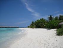 Maledivischer Strand mit overwater Bungalows Stockfoto