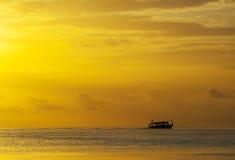 Maledivisches Boot im Meer Stockbild